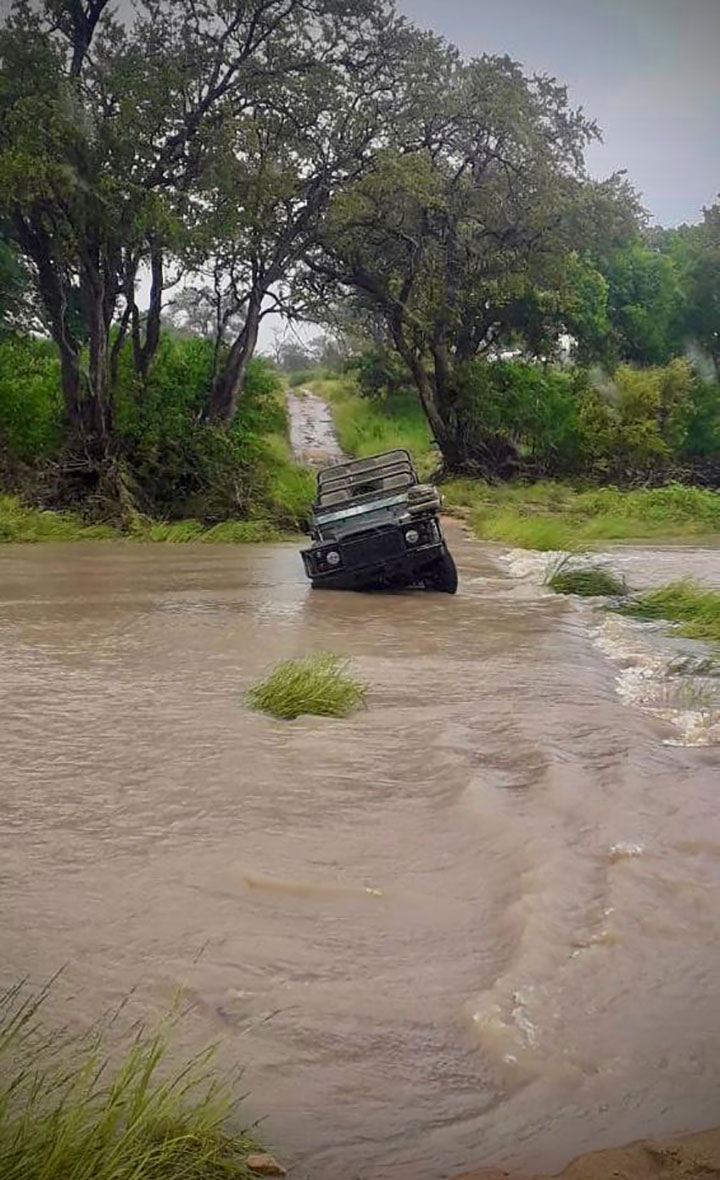 Tanda Tula - Land Rover stuck in the river